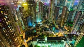 Le dessus de toit d'illumination de nuit de Hong Kong regardent vers le bas la porcelaine de laps de temps du panorama 4k banque de vidéos