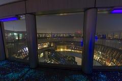 Le dessus du bâtiment de ciel d'Umeda avec le plancher fluorescent en Osaka Ja Photo stock