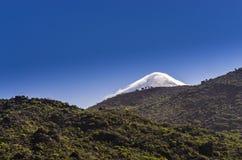 Le dessus du volcan de Teide derrière la colline photo libre de droits