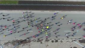 Le dessus en bas du tir aérien des marathoniens concurrencent sur la route urbaine banque de vidéos