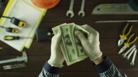 Le dessus regardent vers le bas Compte de l'argent resté banque de vidéos