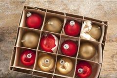 Le dessus regardent vers le bas sur des ornements d'arbre de Noël Image stock