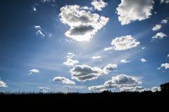 Le dessus sur une colline et le ciel clair Photographie stock libre de droits