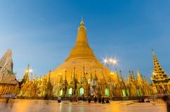 Le destin du Birman pour la pagoda de Shedagon au crépuscule, quinquennal pré Photographie stock