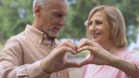 Le det åldrades tecknet för parvisninghjärta, förälskelsesymbol, lycklig förbindelse, affektion arkivfilmer