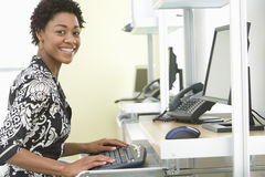 Le det affärskvinnaUsing Computer In kontoret royaltyfri fotografi