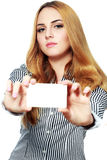 Le det hållande kortet för affärskvinna royaltyfria bilder