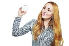 Le det hållande kortet för affärskvinna fotografering för bildbyråer