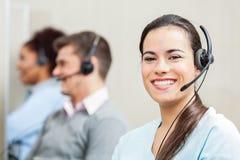 Le det kvinnliga kundtjänstmedlet In Office Fotografering för Bildbyråer