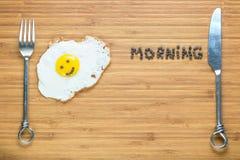 Le det stekte ägget som ligger på en träskärbräda med morgoninskriften nära den Klassiskt frukostbegrepp fotografering för bildbyråer