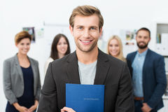 Le det unga manliga jobbsökandet royaltyfri foto