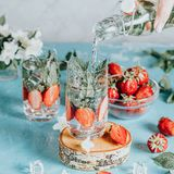 Le Detox a infus? l'eau avec la fraise et la menthe en verres de highball images stock