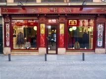 Le devanture de magasin éditorial de boutique de cap de tailleur de Sesena est vu dedans en centre ville photographie stock