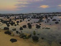 Le 5 di mattina camminano lungo la spiaggia Immagini Stock Libere da Diritti