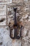Le diable a formé le crochet sur un mur médiéval à San Gimignano, employé pour attacher des chevaux photo libre de droits