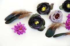 Le diadème avec des fleurs et les plumes le font vous-même photo stock