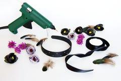 Le diadème avec des fleurs et les plumes le font vous-même photo libre de droits
