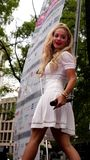 Le diagramme BRITANNIQUE de musique a certifié le chanteur Rita Ora de platine du numéro 1 dans une représentation extérieure viv Images stock