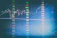 Le diagramme financier abstrait de chandelier avec graphe linéaire et numéros d'article dans la double exposition dénomment le fo Photos stock