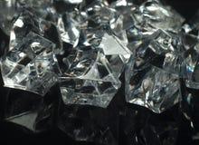 Le diamant aiment des cristaux sur un fond noir avec le miroir Image libre de droits