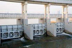 Le dighe moderne si chiudono in su sul fiume di Yangtze Fotografia Stock Libera da Diritti