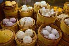 Le dim sum, spécialité de cuisine de Cantonese, a préparé et a servi dans les petits vapeurs photos libres de droits