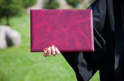 Le diplôme dans une main Photo libre de droits