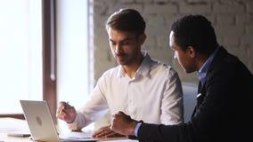 Le directeur africain de poignée de main caucasienne masculine heureuse de client signent le contrat banque de vidéos