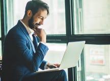 Le directeur avec un ordinateur portable et des affaires team dans un lieu de travail dans un MOIS Photographie stock
