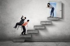 Le directeur commande ses employés sur l'escalier Photo libre de droits
