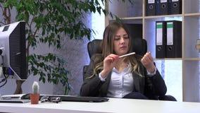 Le directeur ?crit sur l'ordinateur et v?rifie la documentation ? la table clips vidéos