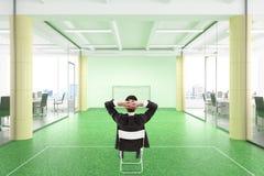 Le directeur détend pendant le jour de travail dans le bureau avec le fiea du football image stock