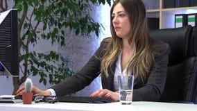 Le directeur de brune travaille dans le bureau avec des documents banque de vidéos