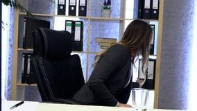 Le directeur de brune travaille dans le bureau avec des documents clips vidéos