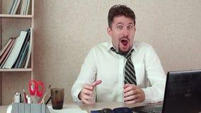 Le directeur de bureau drôle a obtenu une poussée de vivacité du café banque de vidéos