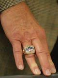 Le directeur de Jerry Colangelo du basket-ball des Etats-Unis porte l'anneau olympique Rio de champions des Etats-Unis 2012 2016  Image stock