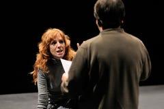 Le directeur de l'institut de théâtre de Barcelone, enseigne son actrice dans la comédie Shakespeare pour des cadres photo stock