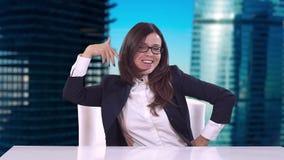 Le directeur de la jeune fille s'asseyant dans son bureau et a plaisir à onduler une transaction réussie banque de vidéos