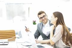 Le directeur et le comptable sont reposants et discutants les diagrammes financiers avec les bénéfices de la société dans le lieu Image stock