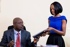 Le directeur et son secrétaire dans son bureau Photographie stock libre de droits
