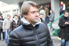 Le directeur exécutif des fonds de la lutte contre la corruption Vladimir Ashurkov est venu dans Khimki pour soutenir le candidat Images stock
