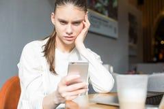 Le directeur féminin a obtenu un retour négatif au sujet de son travail dans le message au téléphone de cellules photographie stock libre de droits