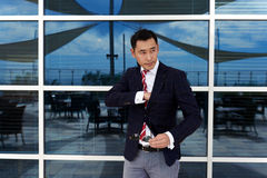 Le directeur général sûr s'est habillé dans des vêtements de luxe à la mode posant dehors dans le jour d'été Photo libre de droits
