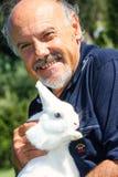 Le directeur Luciano Capponi avec un lapin dans des ses bras Image libre de droits