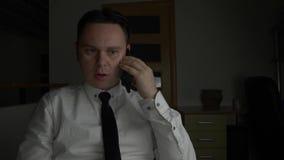 Le directeur ou l'homme d'affaires bel réussi parle du smartphone clips vidéos