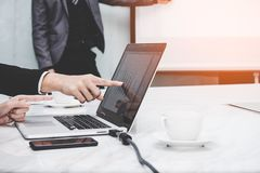 Le directeur présent le tableau blanc à ses collègues et travail d'équipe d'affaires discutent le rapport financier dans le burea photos stock