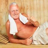 Le directeur réussi détend dans le sauna image libre de droits