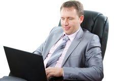 Le directeur travaille un ordinateur portatif photo libre de droits
