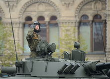 Le dirigeant au véhicule de combat d'infanterie BMP-3 dans le défilé a consacré à Victory Day Images libres de droits