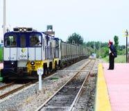 Le dirigeant de devoir de station rencontre le train de fret. Photographie stock libre de droits